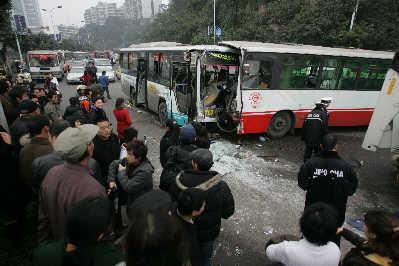重庆闹市公交车相撞伤及50余人(图)