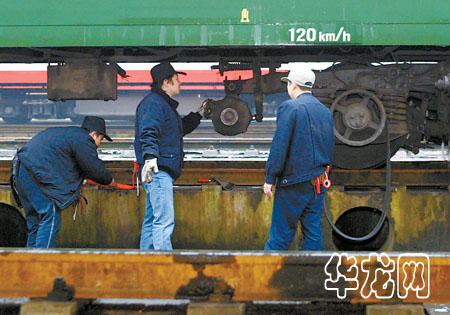 工作人员正在为列车更换发电机
