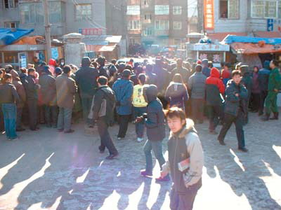 闹市警匪对峙事件吸引市民围观.
