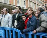 许多以色列人冒雨在耶路撒冷哈达萨医院门口等待沙龙病情的最新消息