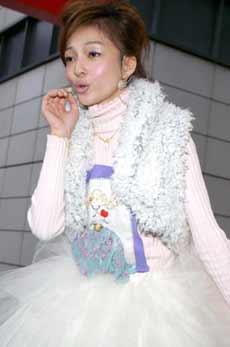 明星:张韶涵签唱会穿纱裙扮公主