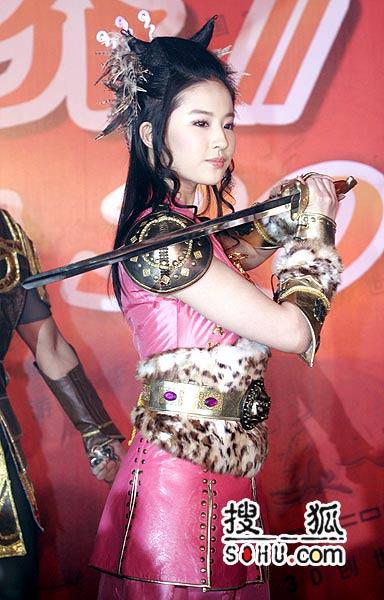 刘亦菲粉色铠甲装亮相 坦言训练最害怕学日语