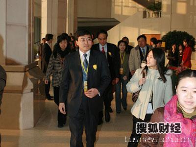 图:伊利集团董事长兼总裁潘刚进入会场