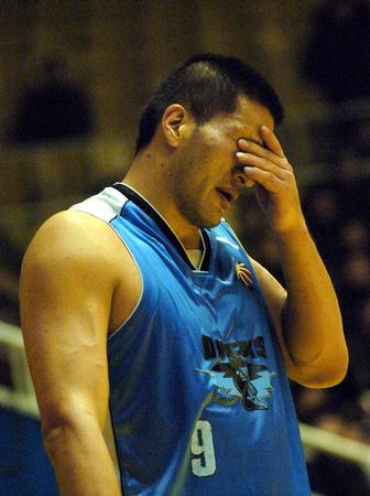 图文:北京不敌山东 巴特尔在赛束后沮丧下场
