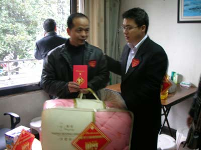 携手百威 温情温州:慰问团为困难群众送温暖