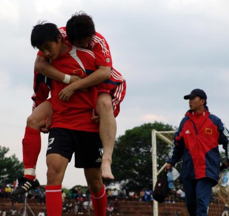 图文:八国邀请赛国青小将进四强 队员受伤退场