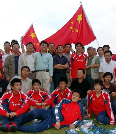 图文:八国邀请赛 球迷赛后与国青队员合影留念