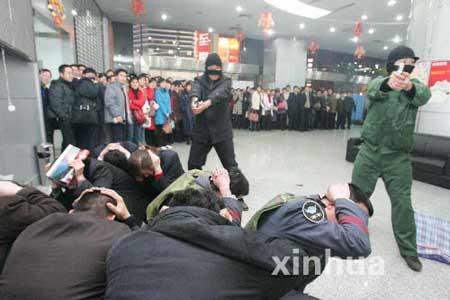 郑州举行银行反抢劫演习(组图)