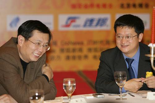 图文:颁奖典礼现场李善友先生与谢文先生交流