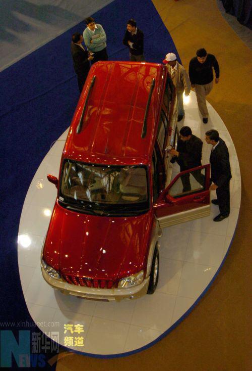 1月12日,在印度首都新德里举行的2006年印度国际车展上,人们正在参观一款印度制造的多功能运动车(<span class='articleLink'></td></tr></table><a href='http://jsp.auto.sohu.com/view/subbrand-sbid-655.html' target=_blank>SUV</a></span>)。当天,2006年印度国际车展在新德里开幕。除印度本土企业外,来自中国、英国、德国、意大利等22个国家和地区的约300家汽车及零配件厂商参加了此次车展。