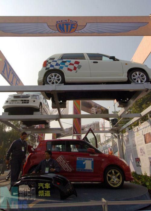 1月12日,在印度首都新德里举行的2006年印度国际车展上,一家印度汽车厂商的员工正在布置展台。当天,2006年印度国际车展在新德里开幕。除印度本土企业外,来自中国、英国、德国、意大利等22个国家和地区的约300家汽车及零配件厂商参加了此次车展。