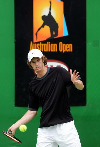 图文:穆雷抵达墨尔本备战澳网 苦练正手