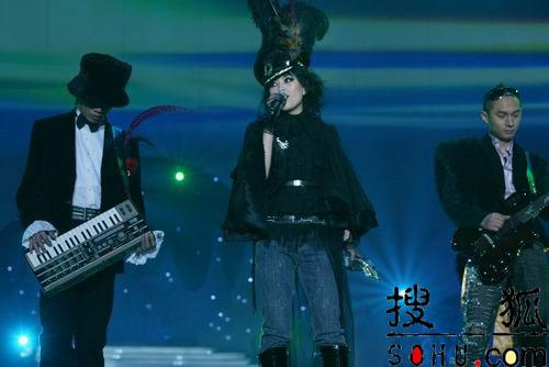 图文:与非门黑色礼服亮相 演唱《旧话》
