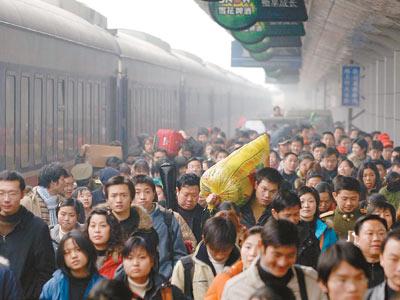 14日,重庆火车站迎来返乡农民工客流高峰.