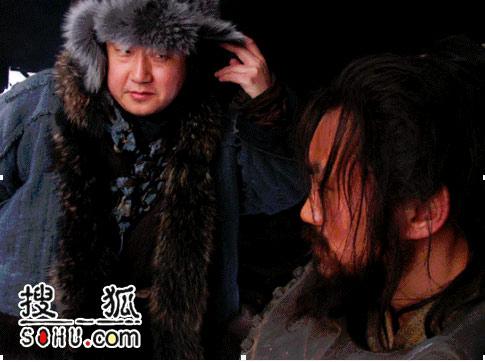 演员赵亮扮演的驼背向一真扮演的焦赞露出真实身份-三岔口 再传打斗