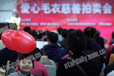 30名人织毛衣慈善竞拍 张海迪款式2万成交(图)