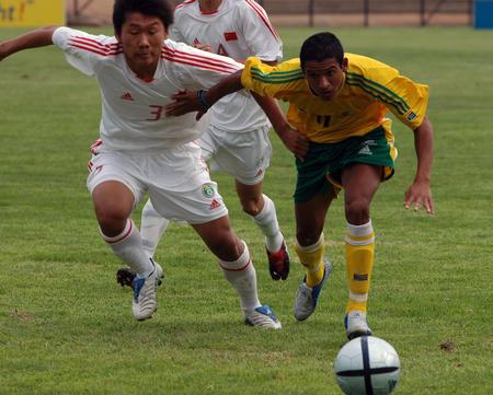 图文:国青获南非八国赛冠军 双方激烈拼抢