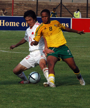 图文:国青获南非八国赛冠军 双方在比赛中