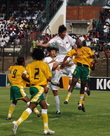 图文:国青获南非八国赛冠军 于海头球破门