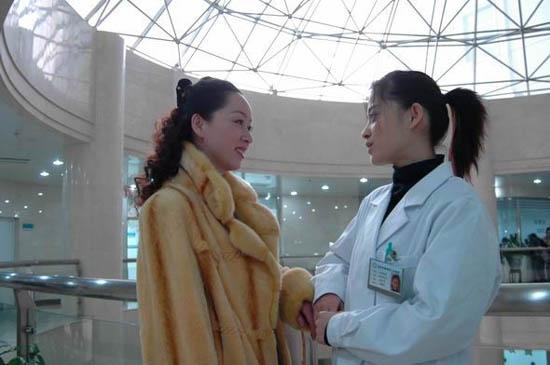 《玻璃婚》精彩剧照-蒋小雯和张丹在医院