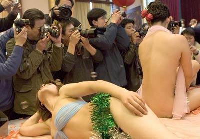 武汉首次将人体模特搬至舞台 模特裸体走秀(图)