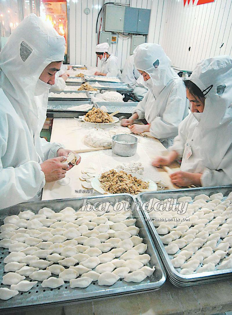 图为道里菜市场现场手工制作水饺.