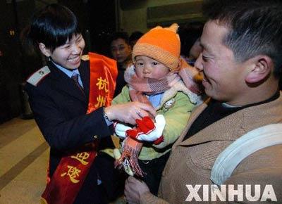 组图:杭州火车站迎来返乡旅客潮