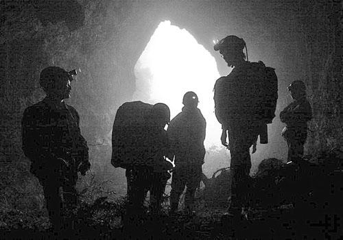 昨日上午,探险队员步入洞中 见习记者唐浩摄