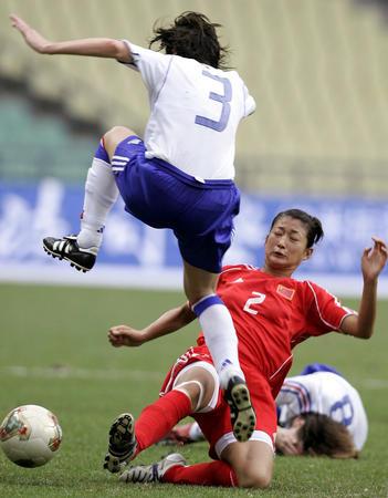 图文:四国赛中国平法国 王坤防守布罗沃斯特