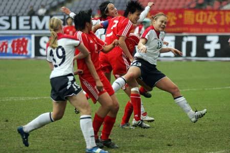 图文:女足四国赛中国次战挪威 挪威门前混战