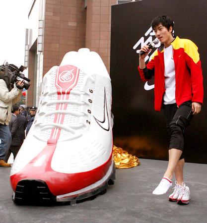 """图文:刘翔新款""""战靴""""亮相上海"""