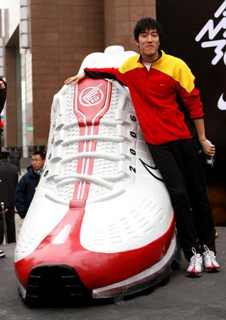 图文:刘翔新款战靴亮相上海