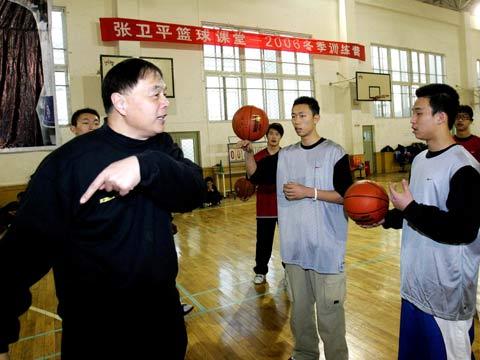 图文:张卫平篮球课堂开营 张指导与小球员交流