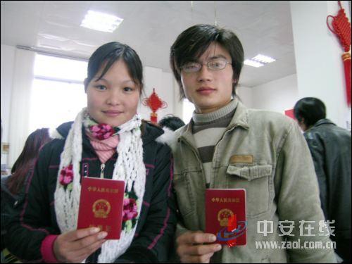 淄博-王-玉与刘-新婚_1月23日,铜闸镇返乡青年刘守保,王玉领到结婚证后露出幸福的笑容
