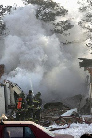 小区平房突发爆炸坍塌 殃及20余户居民引发火灾