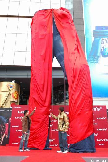 亚洲最大攀岩牛仔裤首度震撼登陆广州(组图)