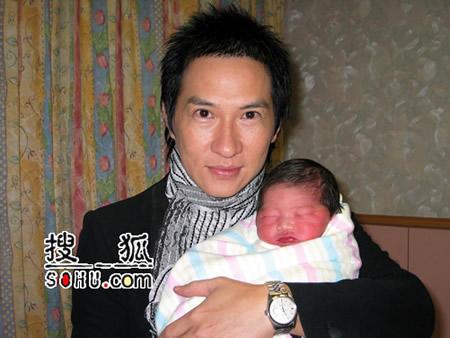 关咏荷产下女婴 张家辉与女儿甜蜜照曝光(图)