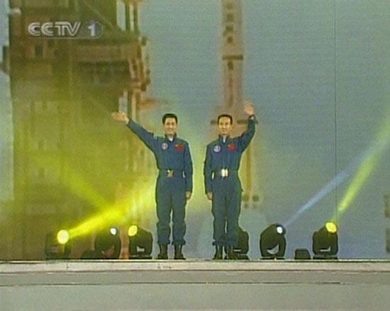 06春晚现场图-航天员聂海胜费俊龙亮相春晚
