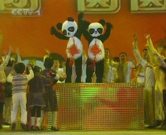 06春晚现场图-赴台大熊猫
