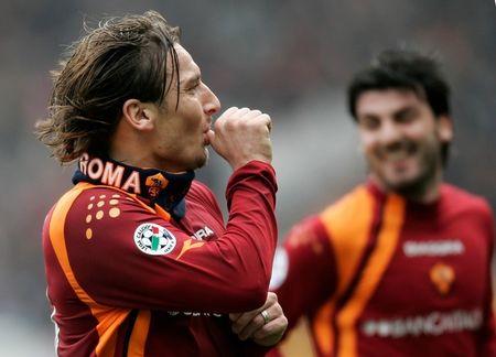 图文:罗马3-0完胜利沃诺 托蒂独特庆祝方式