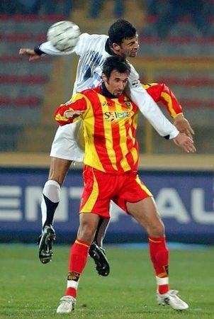 图文:意甲莱切VS国际米兰 萨穆埃尔争顶头球