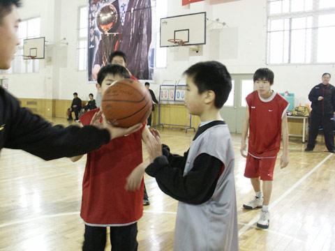 图文:张卫平训练营圆满落幕 小营员中场跳球