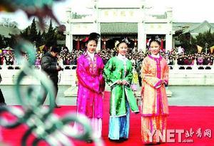 """三胞胎春节演绎""""红楼梦""""(组图)"""