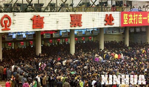 重庆火车站迎来节后首个购票高峰(组图)
