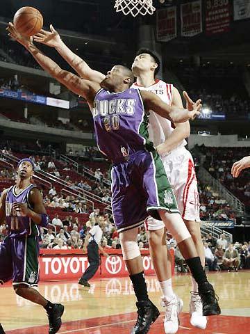 NBA图:火箭VS雄鹿 姚明封盖马格洛伊尔