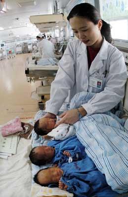 贫困女子产下三胞胎女儿无钱付费离开医院