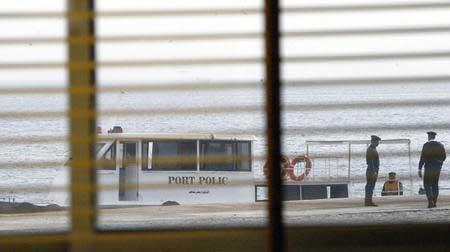 图:埃及客轮沉没 救护车停在红海边待命