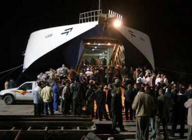 图文:搜救船只载幸存者返回埃及