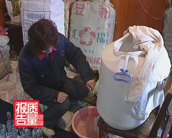 天津民宅成假酒加工点 回收瓶装酒卖给星级宾馆