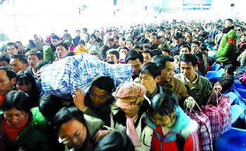 铁路部门应对学生客流高峰 学生票提前10天发售